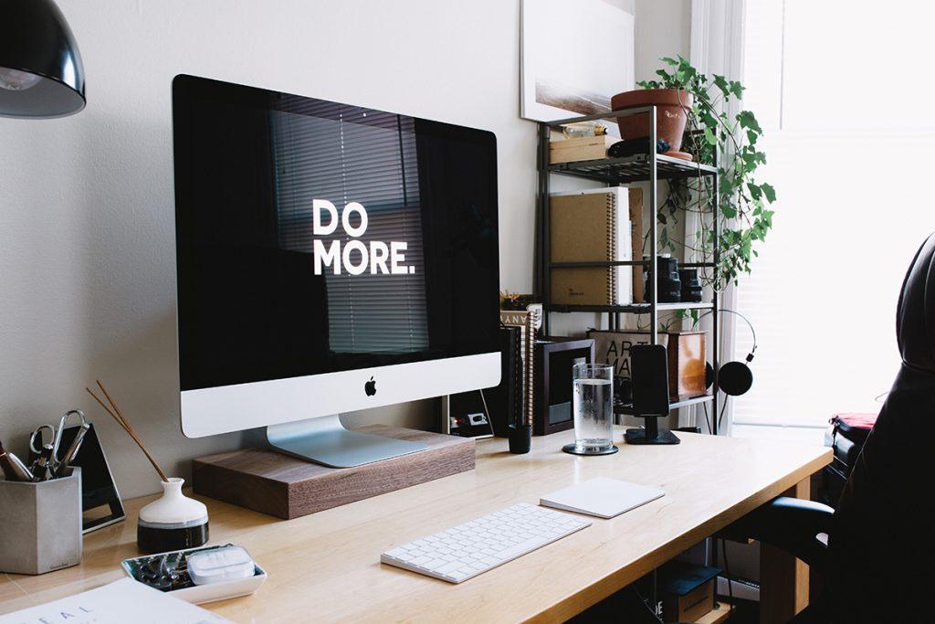 """pantalla de ordenador con la frase """"Do more"""" en blanco sobre fondo negro."""