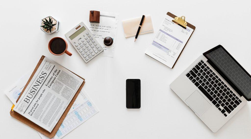 Escritorio con elementos financieros