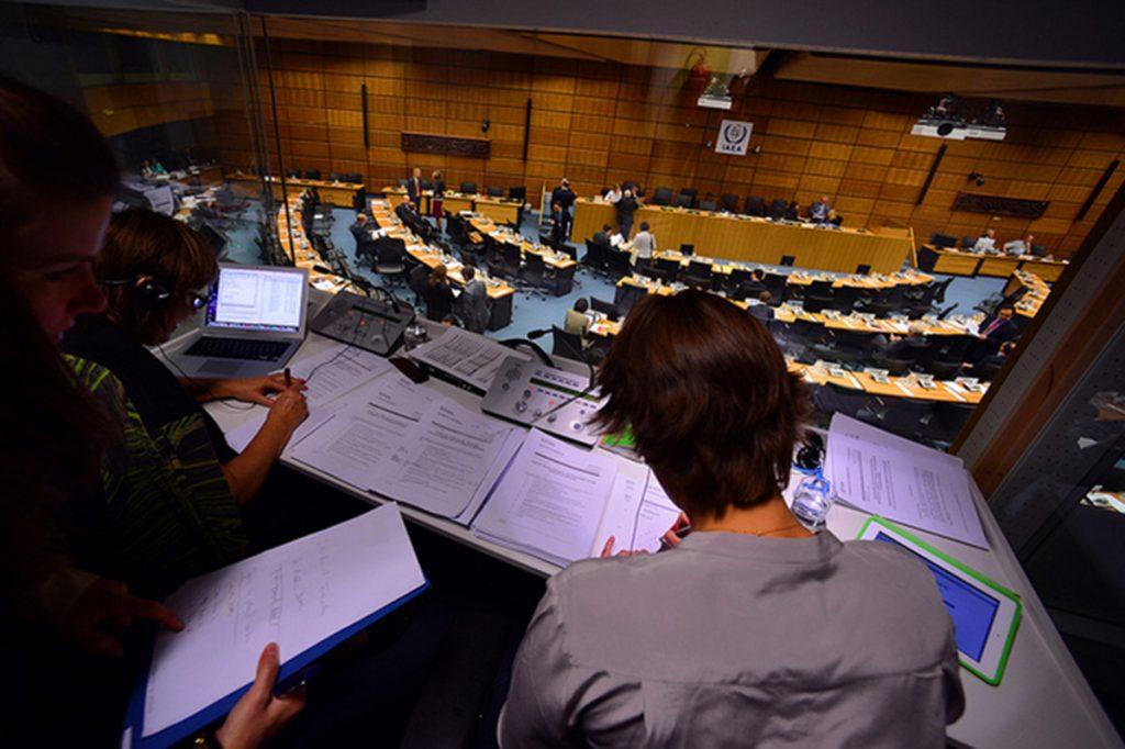 cabina de intérpretes en una conferencia