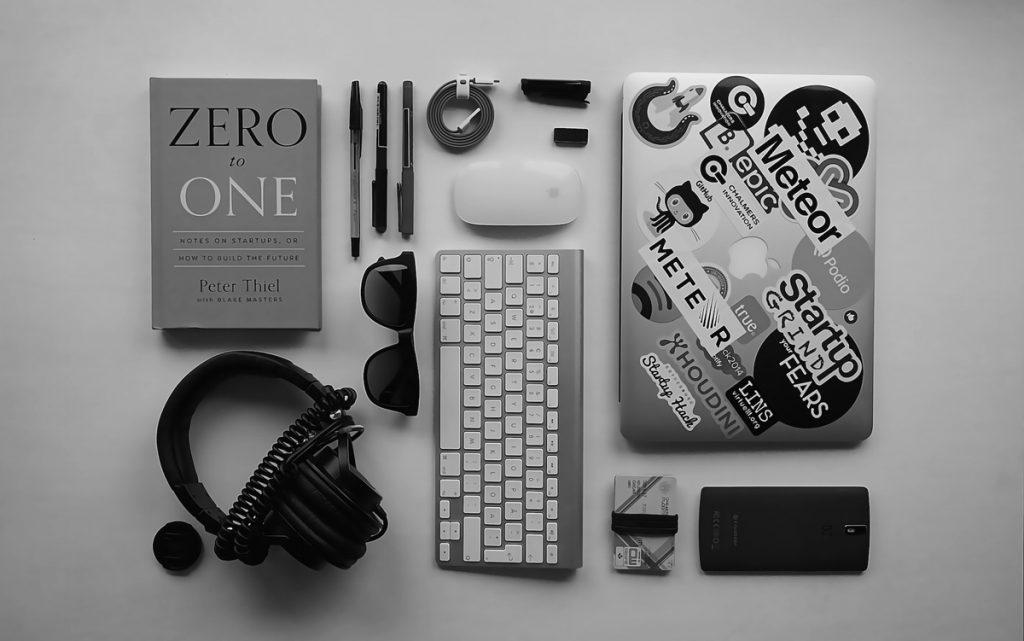 Escritorio con diferentes gadgets ordenados