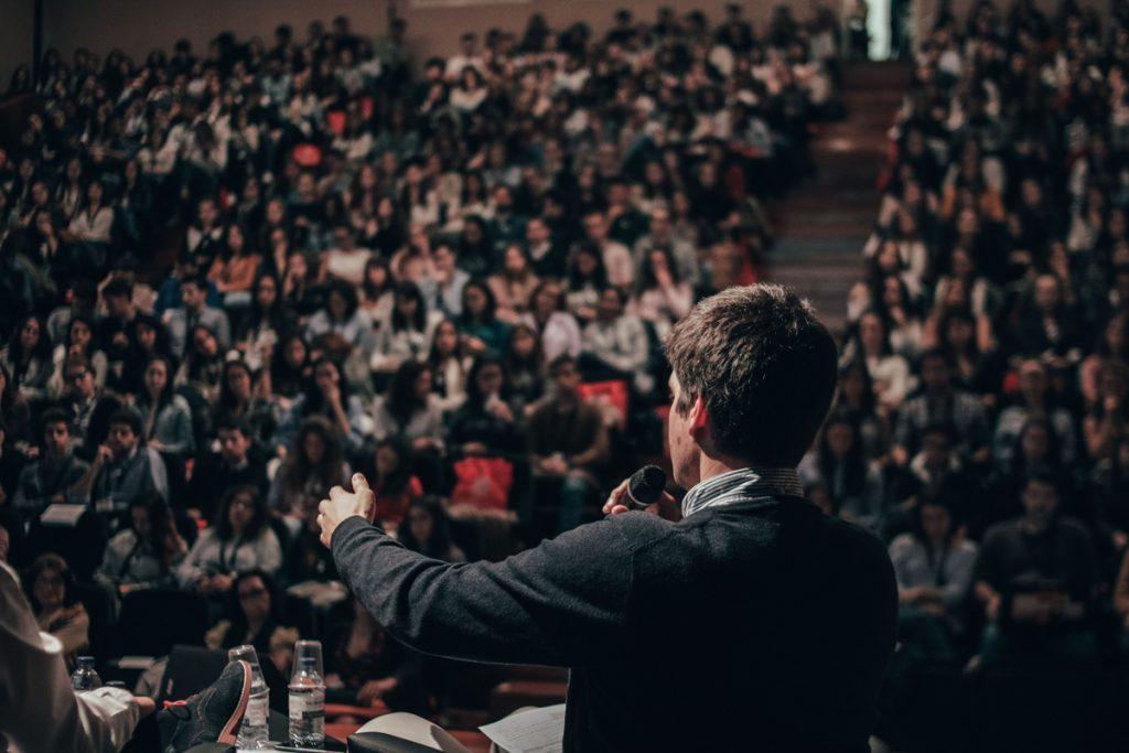 Hombre hablando a una audiencia